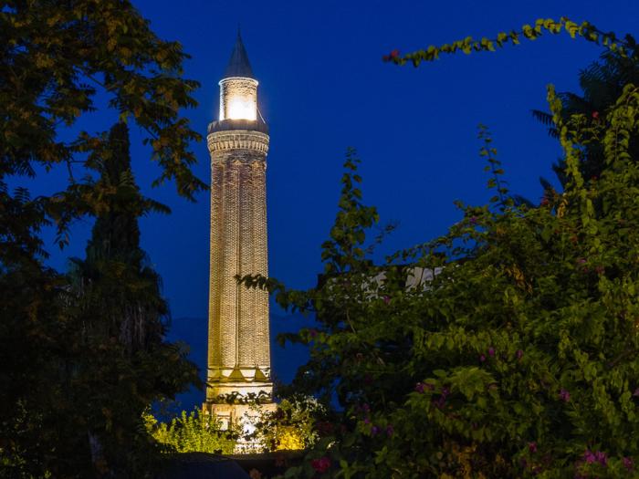 Подсветка минарета в ночное время суток
