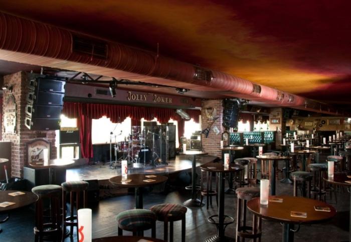 Интересный интерьер и сцена внутри клуба