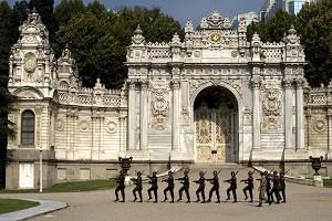 Дворец Долмабахче в Стамбуле - европейская роскошь на турецкой земле