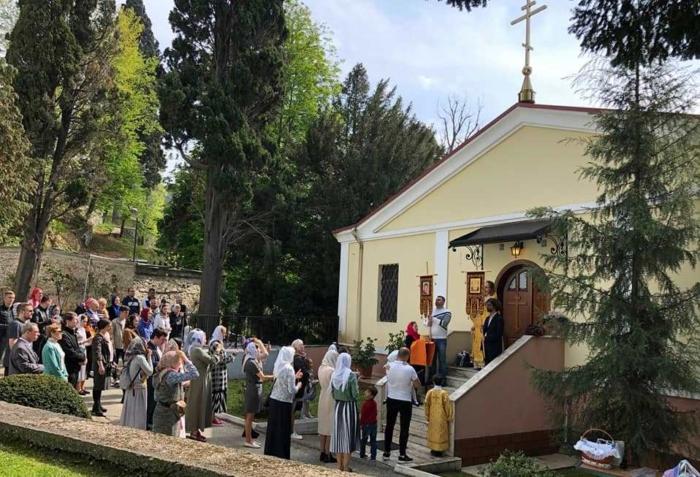 Очередь на служение в храм Святых Константина и Елены