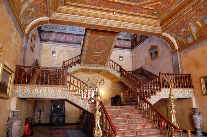 Лестница с роскошным ковром с турецкими мотивами