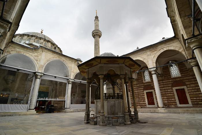 Фонтан во внутреннем дворике мечети Лалели в Стамбуле