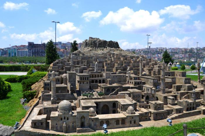 Каменный город Мидьят в парке Миниатюрк
