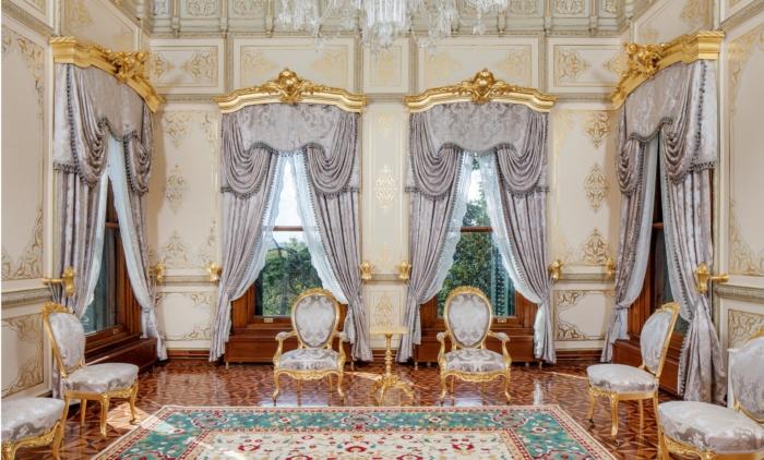 Изысканные стулья и французские окна во дворце Йылдыз в Стамбуле