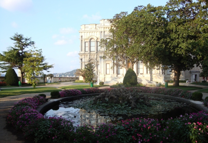 Фонтан - пруд на заднем дворе дворца