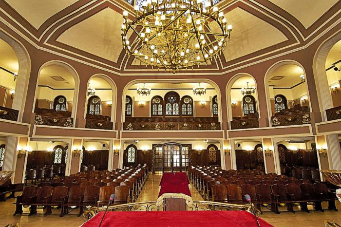 Главный зал в синагоге Неве Шалом в Турции