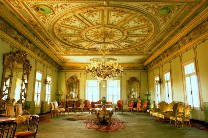 Люстра как центральная фигура в одном из залов Yildiz Palace в Стамбуле