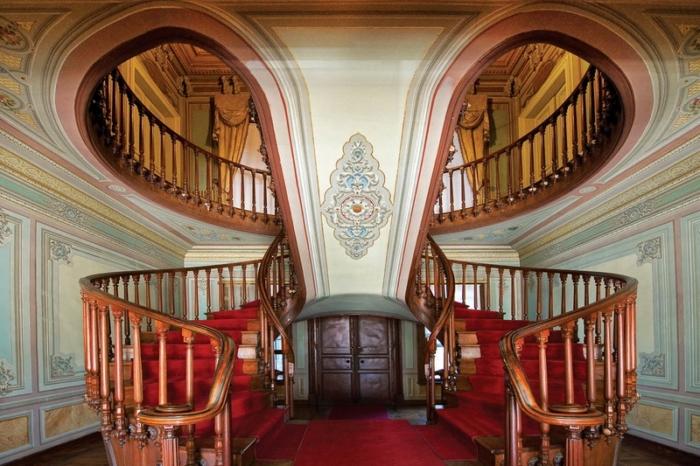 Винтовая лестница внутри дворца Йылдыз в Стамбуле