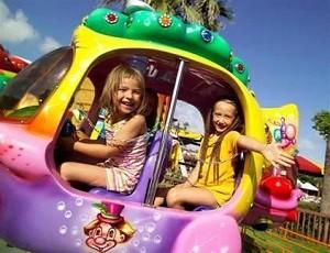 Счастливые дети в Луна - парке