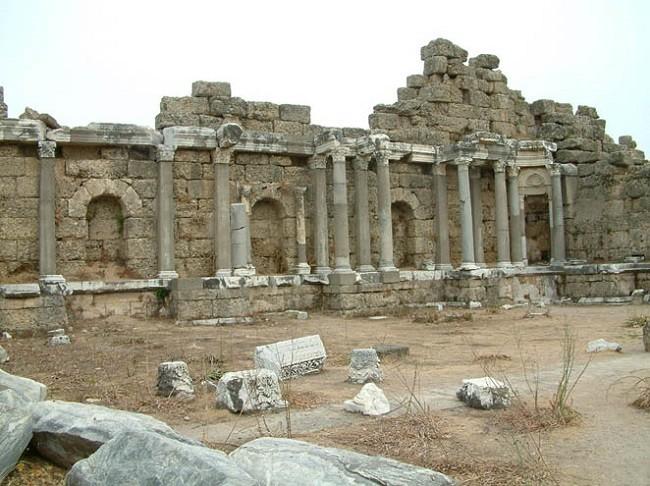 Руины монументального фонтана