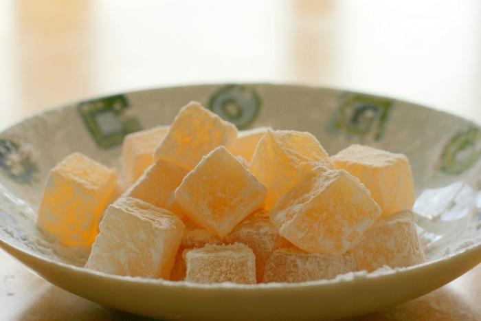 Классическая турецкая сладость на тарелке с сахарной пудрой