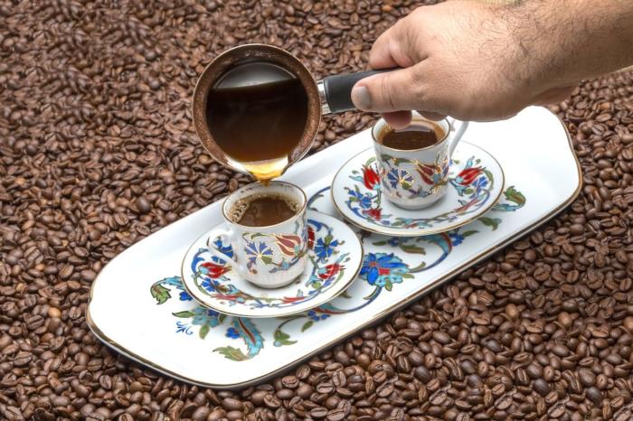 Домашний турецкий кофе в красивых чашках