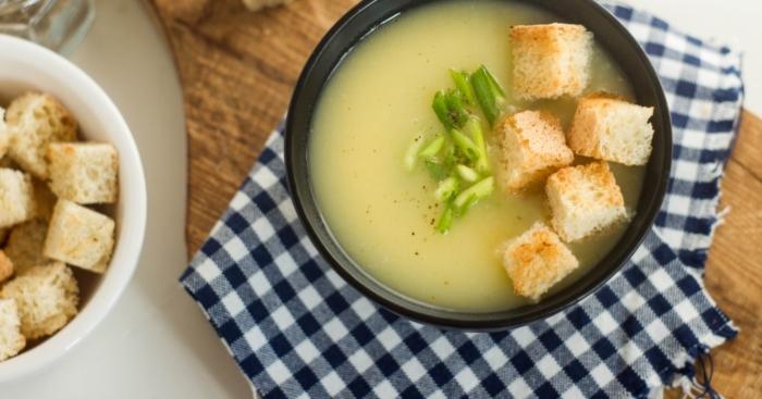 Картофельный суп-пюре со свежими гренками и зеленым луком