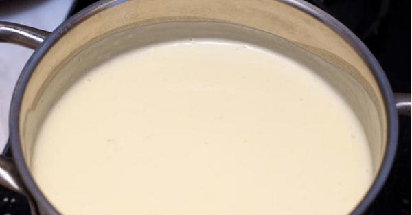 Почти готовый суп-пюре из картофеля в кастрюле