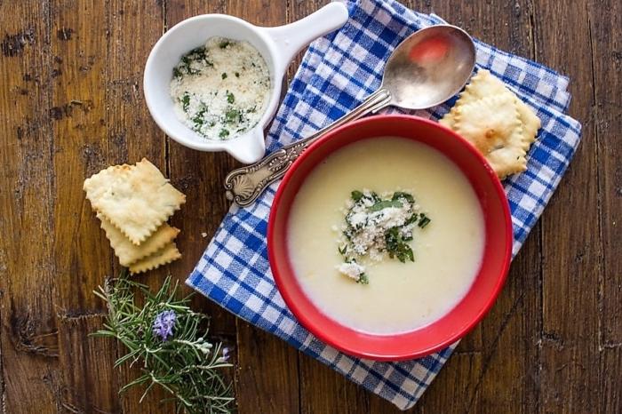 Аппетитный картофельный суп-пюре с молоком посыпанный сыром