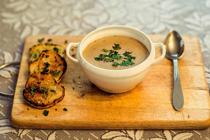Суп-пюре из сушеных грибов с гренками