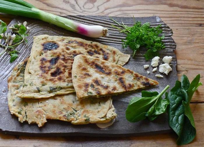 Турецкая лепешка с сыром и зеленью