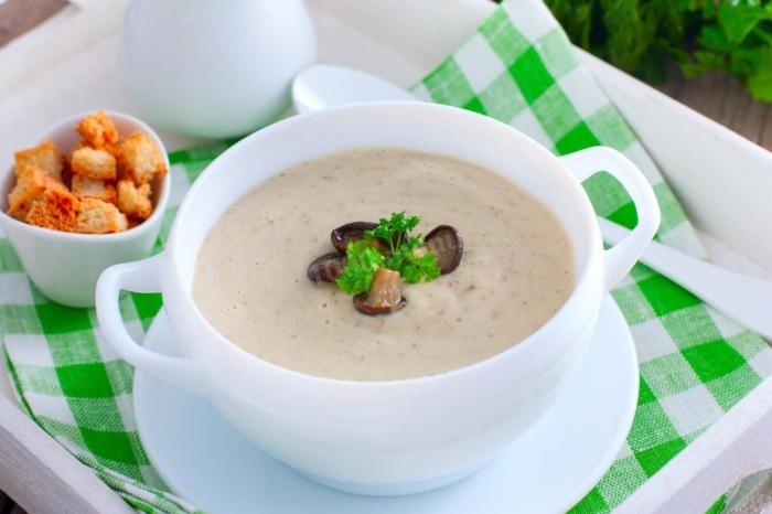 Грибной суп-пюре со сливками в белой чашке