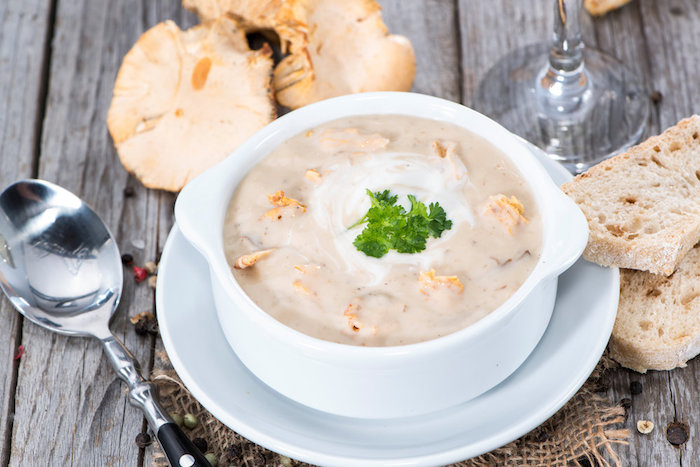 Грибной суп пюре из белых грибов со сливками, украшенный зеленью