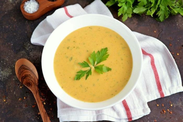Овощной суп-пюре украшенный зеленью