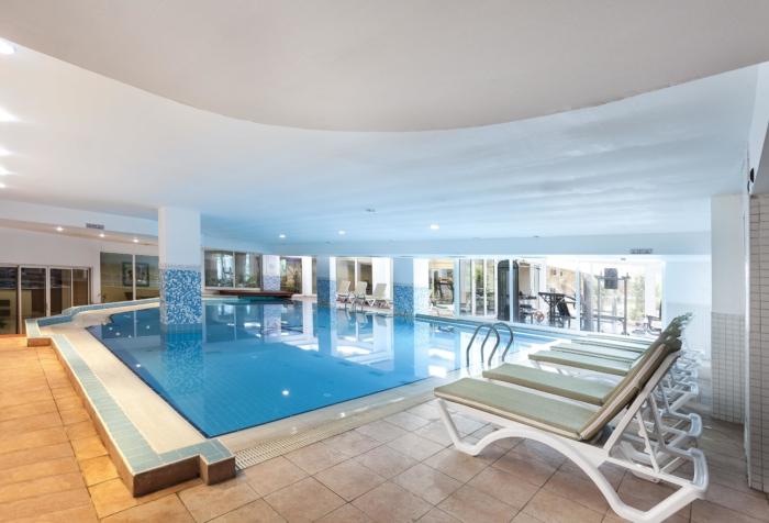 Крытый бассейн внутри здания Throne Seagate Belek Hotel