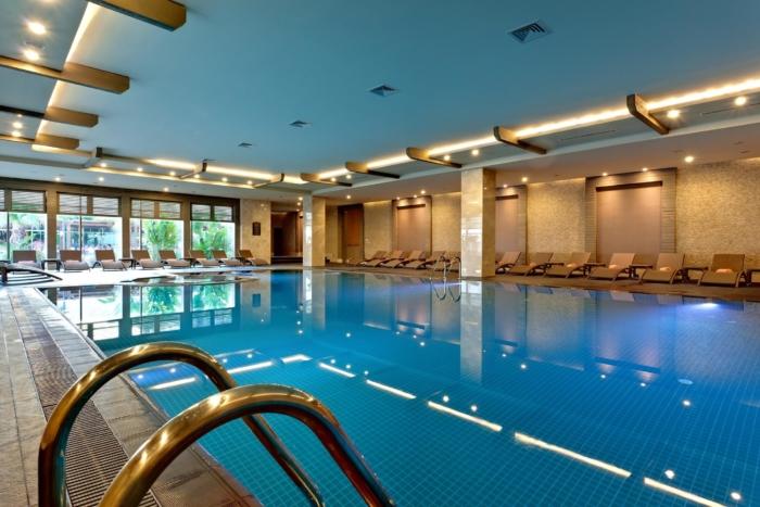 Крытый бассейн внутри здания пятизвездочной гостиницы
