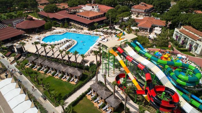 Вид на огромную территорию отеля Кристал Флора Бич Резорт (Турция, Бельдиби) с водными горками с высоты птичьего полета