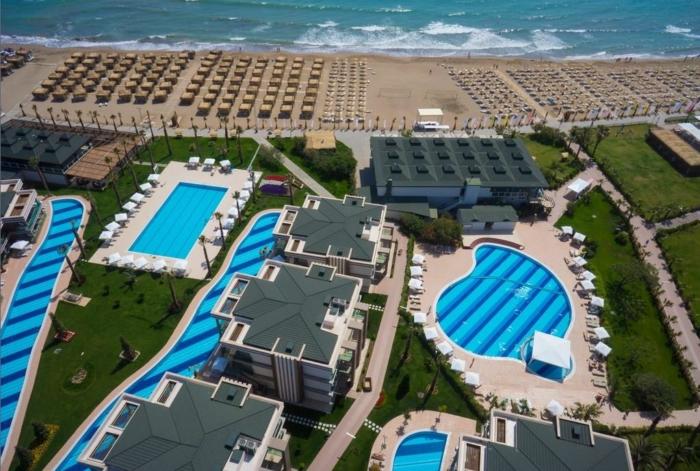 Территория отеля Джараканда Клаб Резорт в Белеке с первой береговой линией