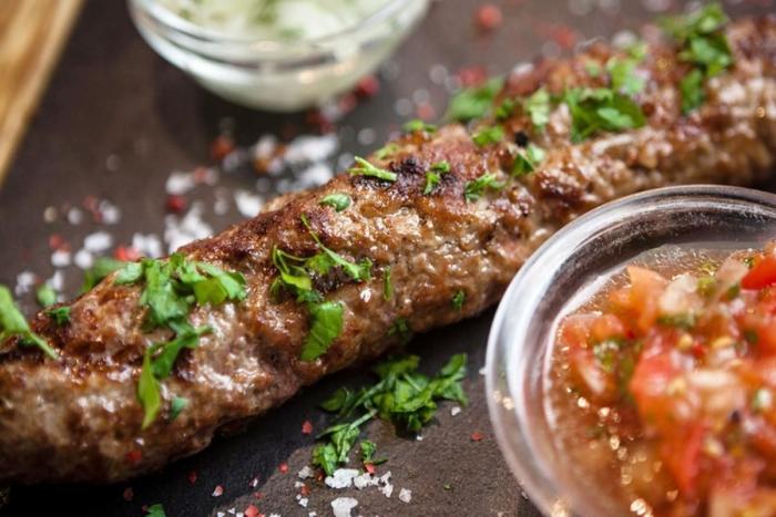 Грузинское блюдо из говядины и свинины украшенное зеленью