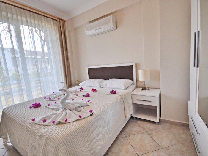 Двуспальная кровать в номере украшенная лебедями из полотенец