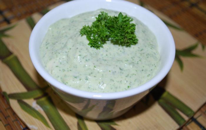 Кефирный соус с чесноком для курицы, рыбы, мяса