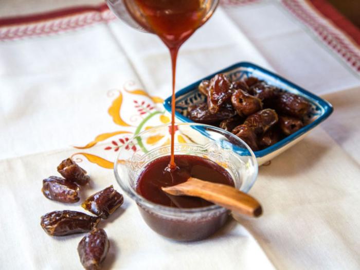 Натуральный турецкий сироп из фиников в чашке с ложкой