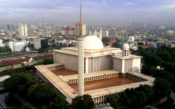 Знаменитая мечеть Истикляль в Джакарте - одна из главных достопримечательностей