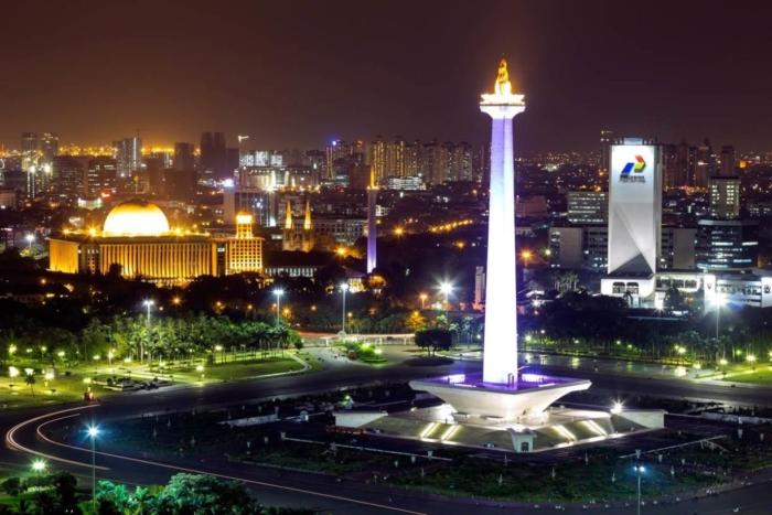 Башня Monas при свете ночных огней Джакарты