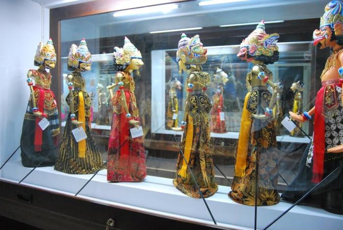 Экспонаты в музее кукол Ваянга