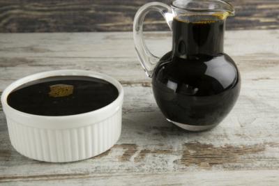 Пекмез из изюма в графине и чашке