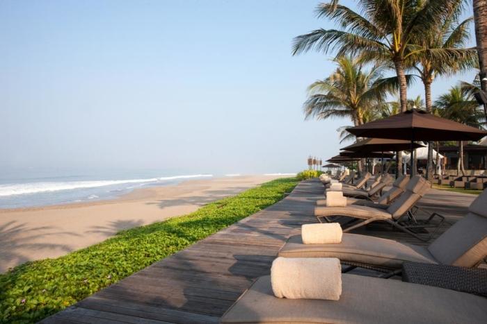 Лежаки в одном из роскошных отелей на пляже Семиньяк