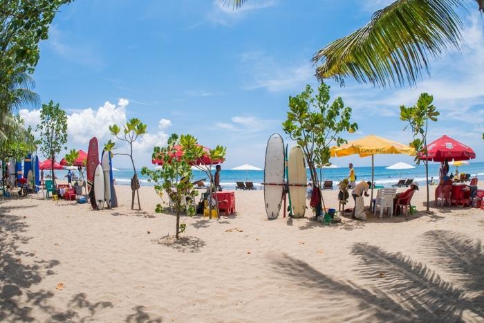 Экипировка для серфинга на пляже Кута (остров Бали, Индонезия)