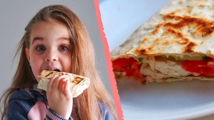 Девочка кушает шаурму