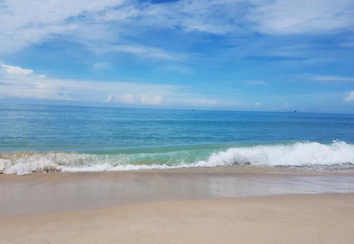 Прозрачная вода и небольшие волны