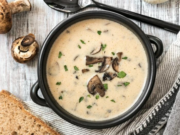 Крем-суп из шампиньонов в черной косушке