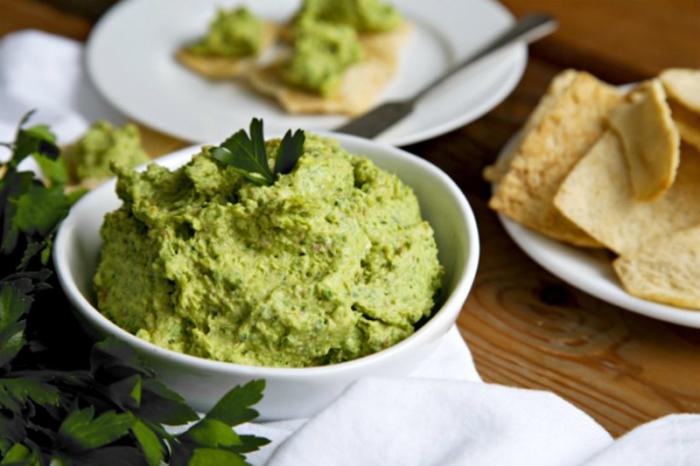 Аппетитная закуска из зеленой гречки украшенная петрушкой