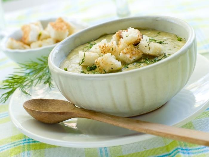 Густой суп из цветной капусты и шампиньонов с сухарями