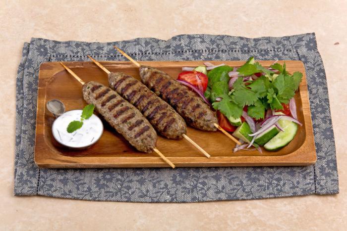 Блюдо из баранины на шпажках с сливочным соусом