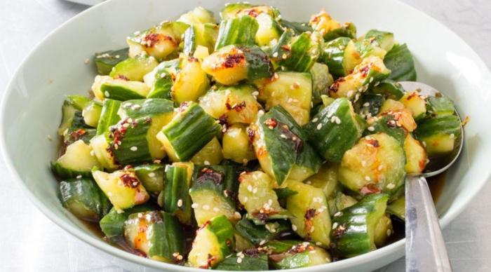 Классический вариант приготовления салата из битых огурцов