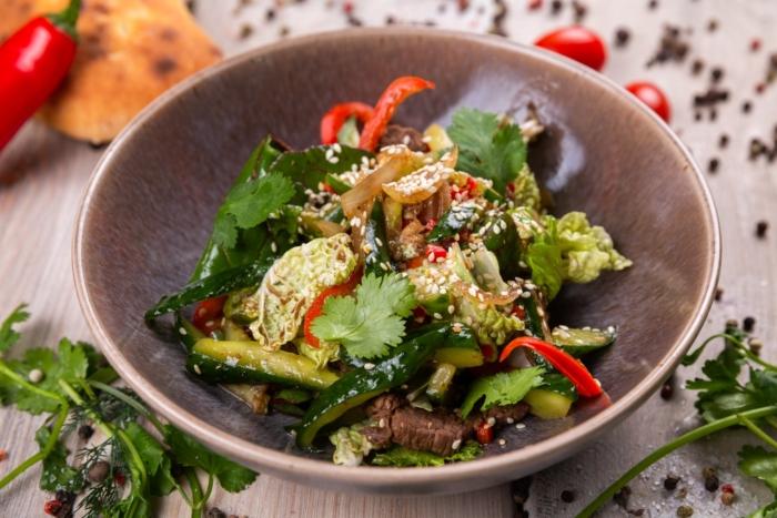 Китайский салат с говядиной и битыми огурцами