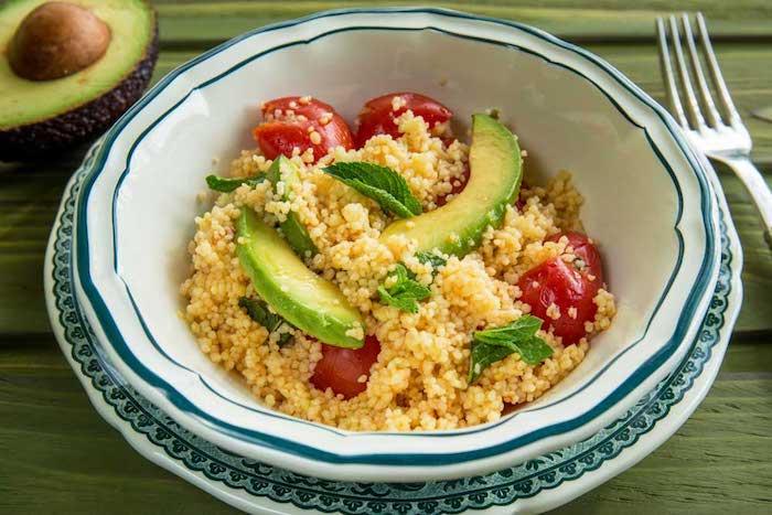 Блюдо с авокадо на белой тарелке