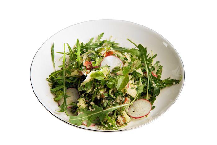 По-весеннему свежий магрибский салат с кускус и руколой
