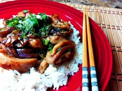 Аппетитная курица с баклажанами и крахмалом по-китайски на тарелке