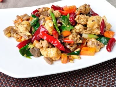 Яркое блюдо на столе - курица с овощами